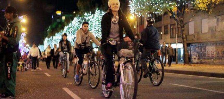 People cycling at Ciclovía Nocturna