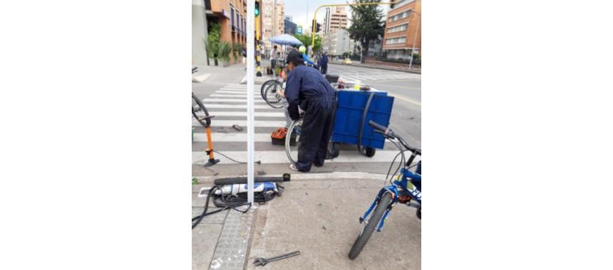 Guy fixing a bike in Bogotá