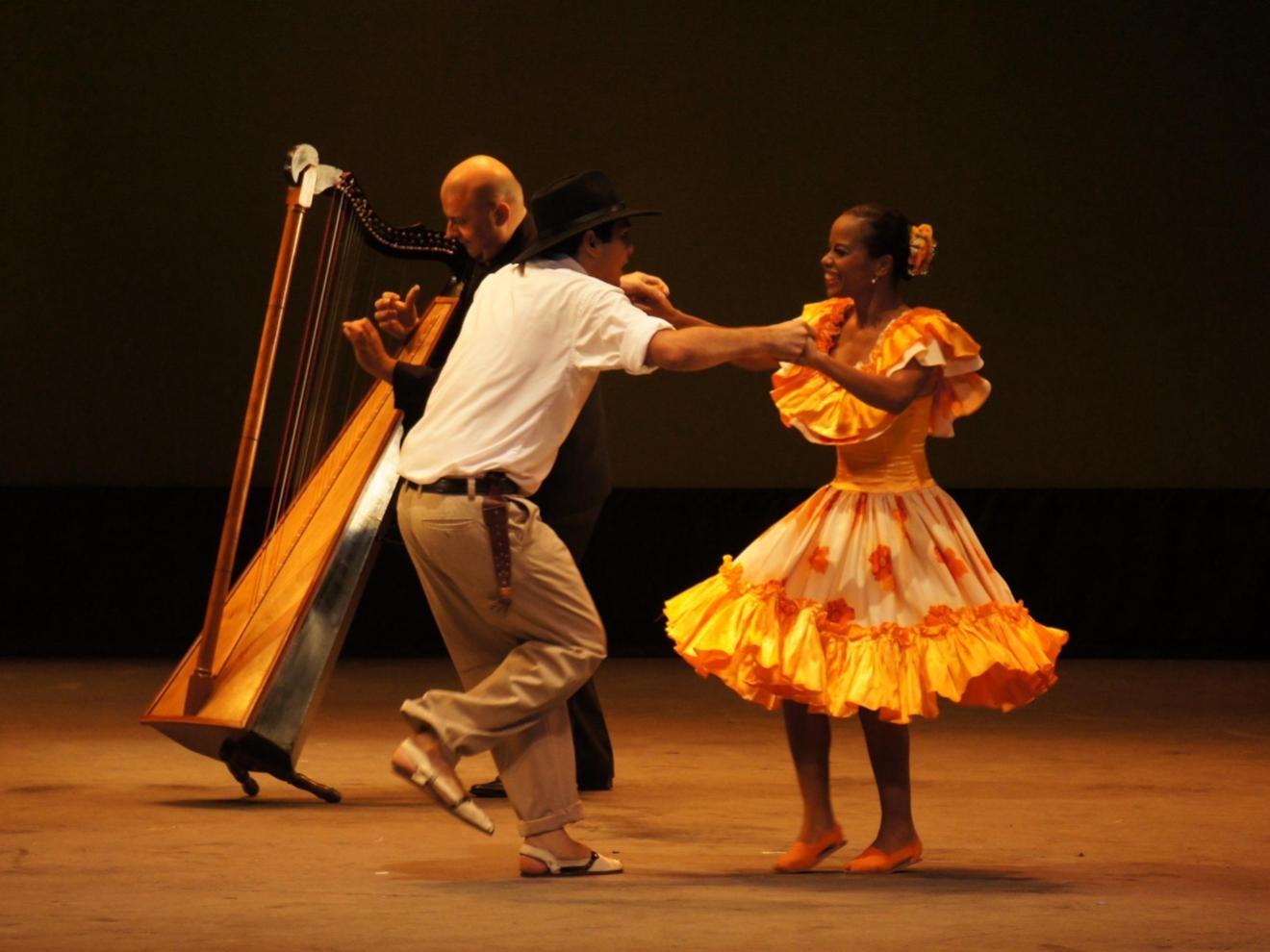 Couple dancing Joropo