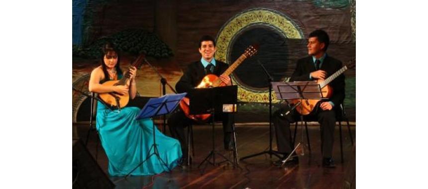 Bambuco trio playing the music
