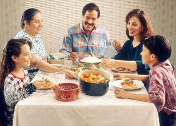 Family eating dinenr
